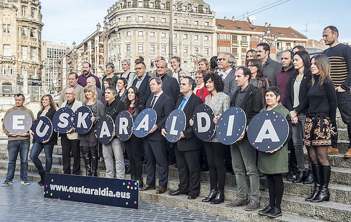 Euskal Herri osoko erakundeak eta euskalgintzako eragileak elkarrekin. / ©Argazki Press