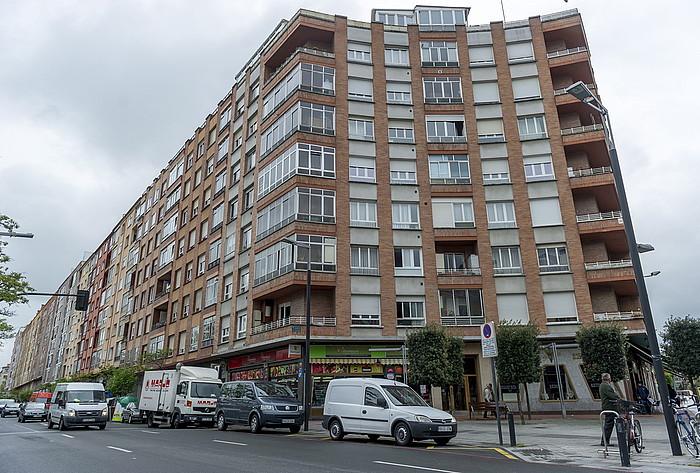 Etxebizitza eraikin bat, Gasteizen, atxiboko irudi batean. / ©Juanan Ruiz, Argazki Press