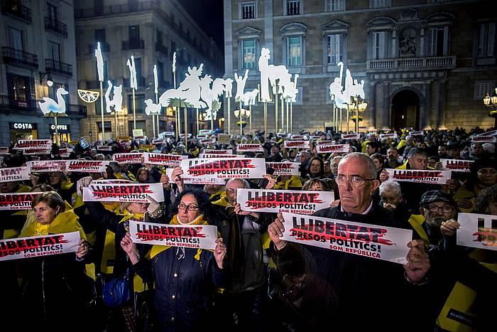 Bartzelonako Sant Jaume plazako elkarretaratzea, astelehen iluntzean. ©Quique Garcia / Efe