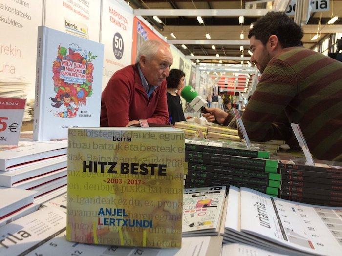 Anjel Lertxundi BERRAren standean, 'Hitz beste 2003-2017' liburu aleak sinatzen. / ©Berria