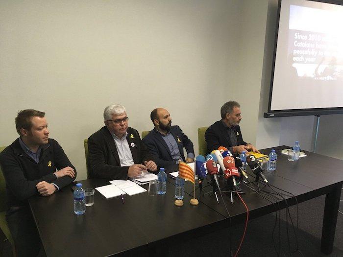 Marcel Mauri eta Agusti Alcoberro (erdian) ANC eta Omniumeko presidenteordeak hurrenez-hurren, gaurko agerraldian, Bruselan. /