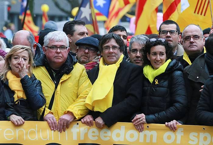 Puigdemont, Bruselako manifestazioaren buruan. TV3ek ezin izan du zuzenean eman. /