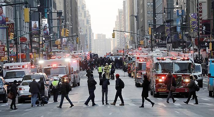 Poliziak eta suhiltzaileak, New Yorkeko Portu Agintaritzak geltokian, atentatua gertatu den lekuan. ©PETER FOLEY / EFE