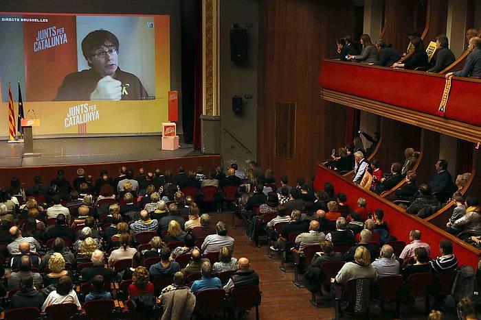 Puigdemont, igandean, kanpainako ekitaldi batean bideo konferentziaz sartu zenean. / ©Toni Albir / EFE