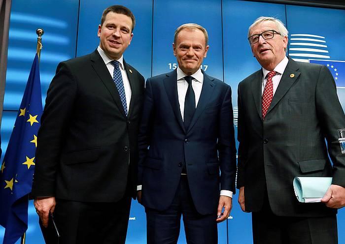 Juri Ratas Estoniako lehen ministroa, Donald Tusk Europar Kontseiluko presidentea eta Jean-Claude Juncker Europako Batzordeko presidentea, gaur, Bruselan. / ©Olivier Hoslet, EFE