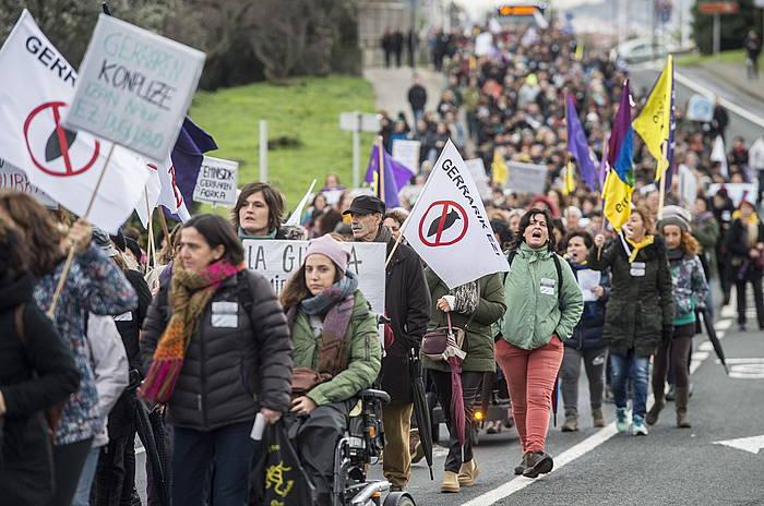 Manifestariak Santurtzitik Bilboko Portura arteko martxan. /
