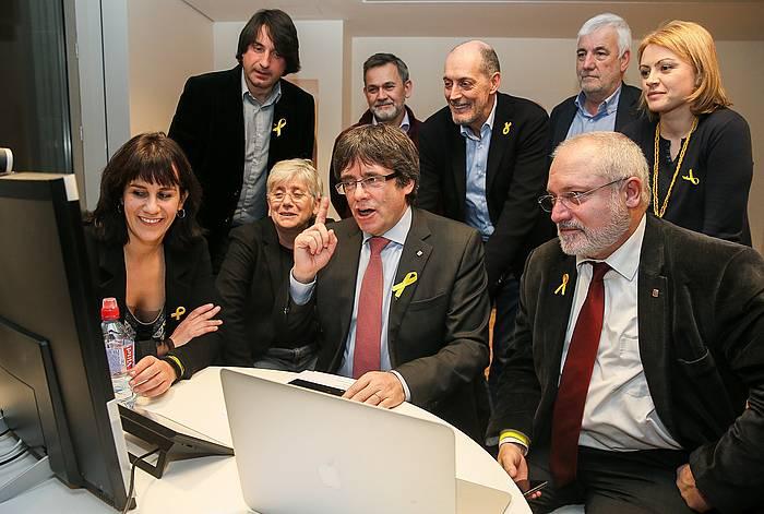Carles Puigdemont Bruselan, emaitzak jarraitzen. /