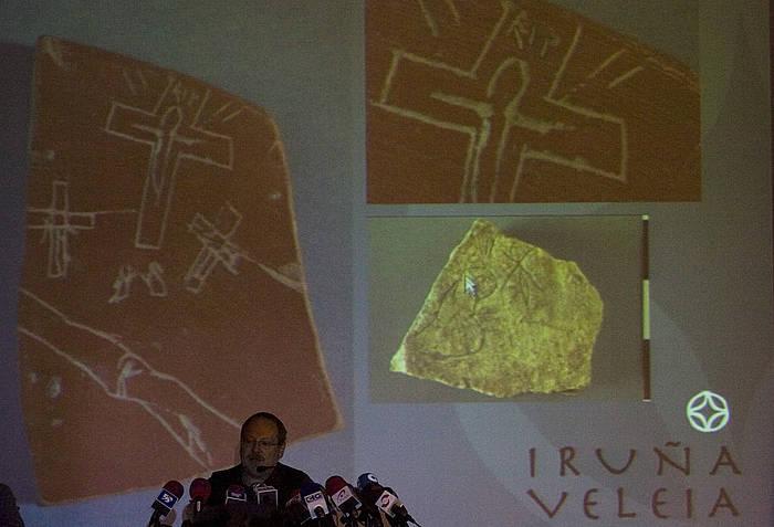 2008an piezen benetakotasuna defendatzeko Eliseo Gil arkeologoak egindako prentsaurrekoa ©Raul Bogajo/ Argazki Press