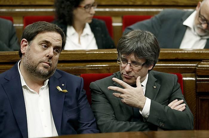 Junqueras, artxiboko irudi batean, Kataluniako Legebiltzarrean, Puigdemont alboan duela. /