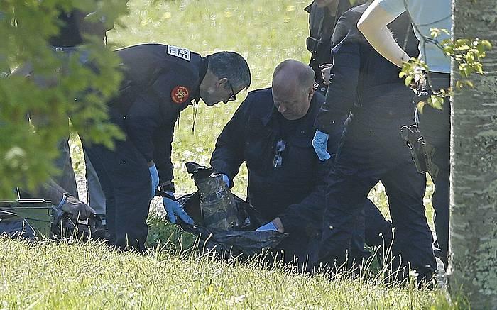 Poliziak zulo bat miatzen Senperen (Lapurdi), iazko apirilaren 8ko ETAren armagabetzean
