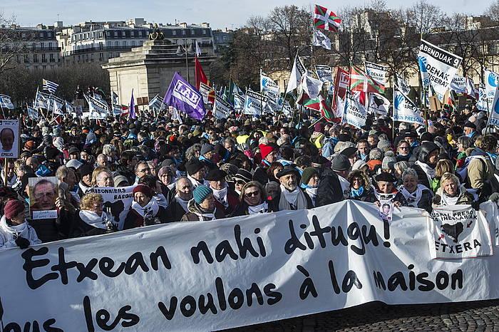 Abenduaren 9an manifestazio handia egin zen Parisek, euskal presoen kontrako salbuespen neurriak bertan behera uzteko eskatuz. /