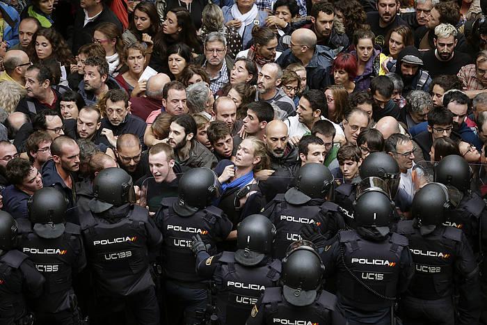 Kataluniako hamarnaka herritar, poliziaren aurrean Bartzelonako Ramon Llul ikastetxea babesten, 2017ko urriaren 1eko erreferendumean./ ©Alberto Estevez, EFE