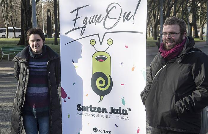 Sortzen elkarteko kide Aiora Epelde eta Sergio Iribarren, festaren aurkezpenean.