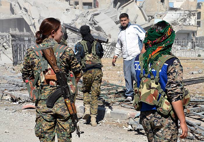AEBren abesa duten milizia kurduak Al Raqa hiriko (Siria) erdigunean, artxiboko irudi batean. /