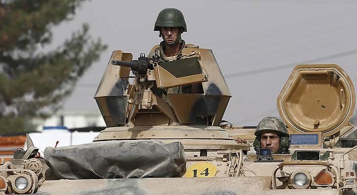Turkiako armadako tanke bat Gaziantepen, Afrinekin mugan. /