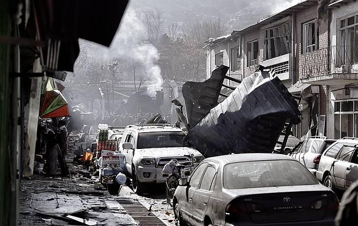 Kabul erdialdean eraso suizida batek leherrarazi duen anbulantzia, kea dariola. / ©Hedayatullah Amid, EFE