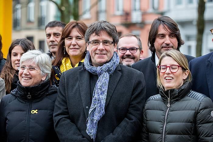 Carles Puigdemont Kataluniako presidentea eta, haren ezkerrean, Elsa Artadi JxCko parlamentaria, Bruselan, urtarrilaren 12an. / ©Stephanie Lecocq, EFE