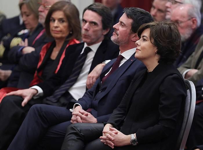 Valls, gaurko ekitaldian, alde batean Aznar duela eta bestean Saenz de Santamaria. / /