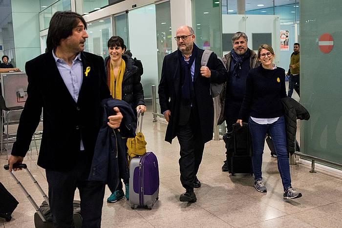 JxCren ordezkaritza bat, Bartzelonako aireportuan, Puigdemontekin bilera bat izan ondoren Kataluniara bueltan, iazko abenduan. / ©Enric Fontcuberta, EFE