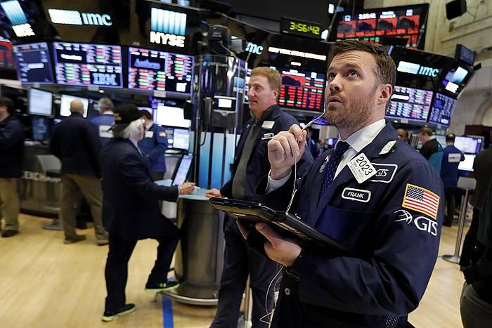 Wall Streeteko korredore bat, merkatuaren galerak aztertzen. ©JUSTIN LANE /EFE
