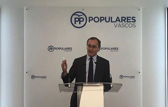 Alfonso Alonso Araba, Bizkai eta Gipuzkoako PPko presidentea, gaur, prentsaurrekoan. /