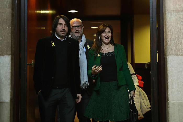 Eduard Pujol, Laura Borras eta Francesc de Dalmases JxCko parlamentariak, ERCrekin egin duten bileratik irteten, gaur, Bartzelonan. /