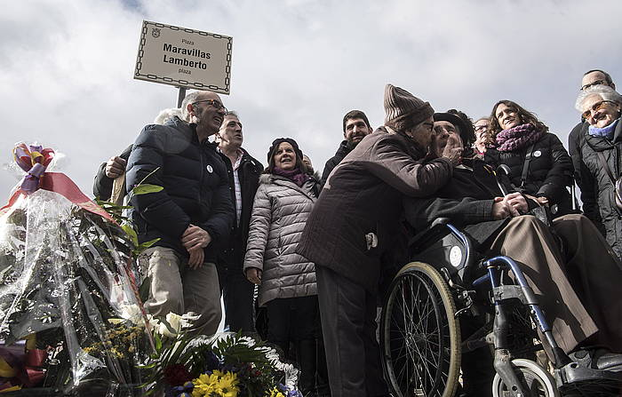 Maravillas Lamberto plaza inauguratu dute Iruñeko Lezkairu auzoan. /