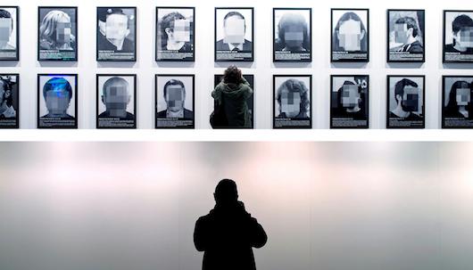 LEHEN eta ORAIN. 'Preso politikoak Espainia garaikidean' izeneko erakusketaren irudia goian, eta hori kendu ondorenekoa behean. / ©FERNANDO VILLAR, EFE