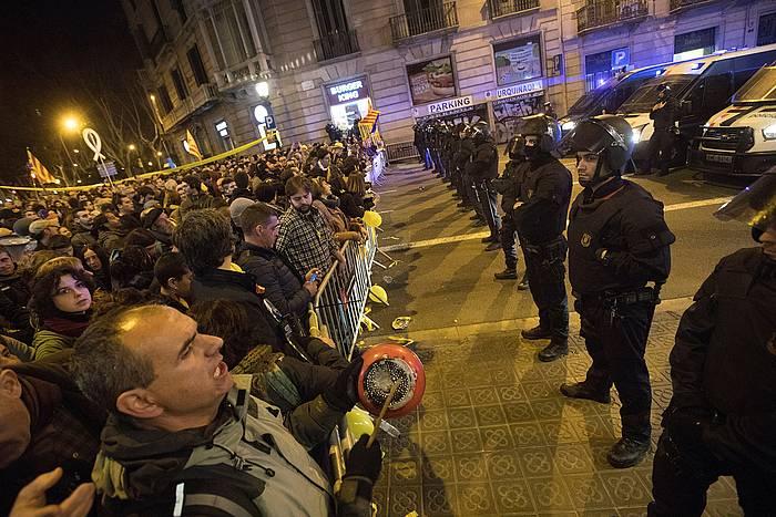 Manifestariak, mossoak aurrean dituztela Bartzelonan, atzo. / ©Marta Perez, EFE
