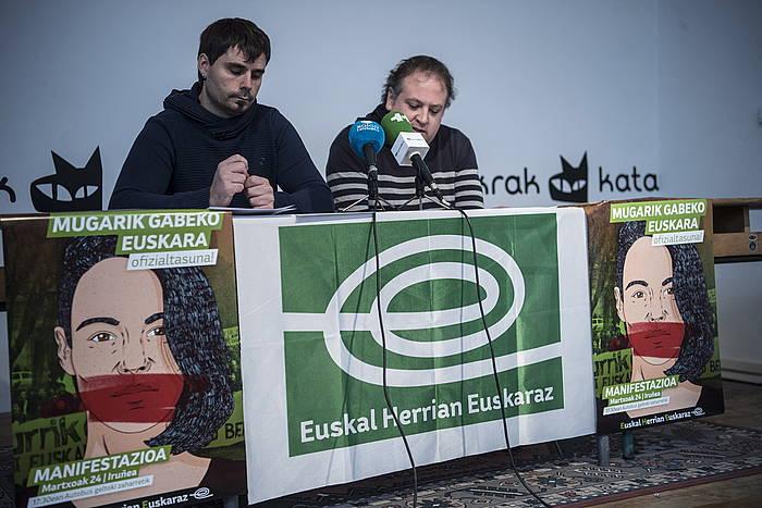 EHEko Azaitz Gartzia eta Koldo Aldabe, manifestazioaren aurkezpenean. /