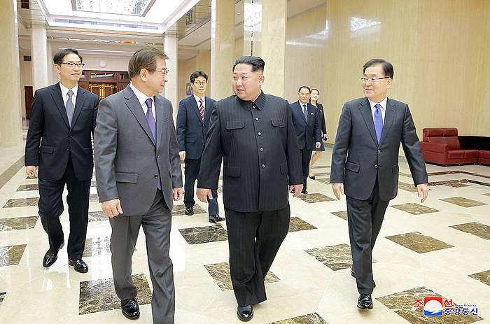 Kim Jong-un Ipar Koreko presidentea, joan den astelehenean, Hego Koreako Segurtsun Kontseilu Nazionaleko Chung Eui-yongekin egin zuen bileran. / ©KCNA, EFE