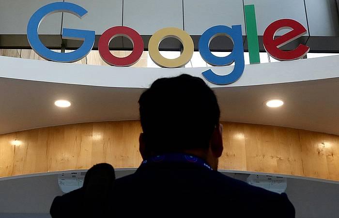 Google konpainia teknologikoaren logotipoa, Indian egindako ekintzailetza goi bileran.