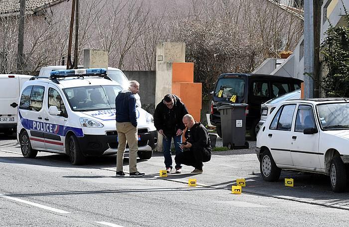 Frantziako polizia, Trebeseko supermerkatu baten ondoan izan den erasoari lotutako frogak biltzen. /