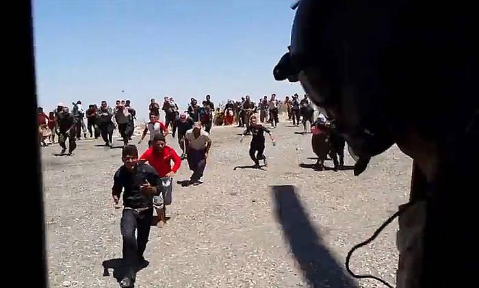 Errefuxiatu yezidiak laguntza helikoptero batera igotzeko ahaleginean, Sinjarreko mendietan, artxiboko irudi batean. / ©Michel Reimon, EFE