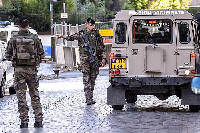 Frantziako militar talde bat segurtasun perimetroa ezartzen, 2017ko abuztuan, Levallois Perreten, auto batek militar talde bat harrapatu ostean. / ©Guillume Horcajuelo, EFE