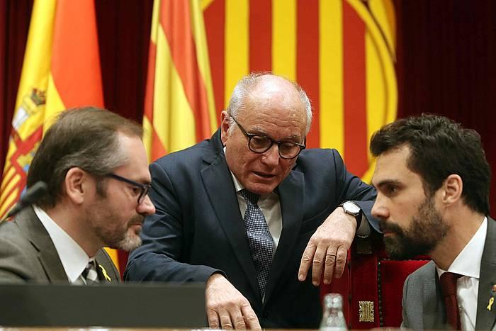 Josep Costa (JxC) Kataluniako Parlamentuko presidenteordea eta Roger Torrent (ERC) presidentea, parlamentuko uarekin batera. / ©Toni Albir, EFE