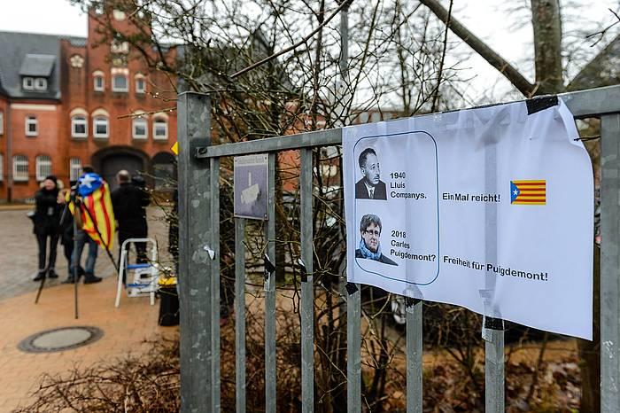 Puigdemonten aldeko kartel bat Neumunstergo espetxe atarian. / ©Jens Schlueter, EFE