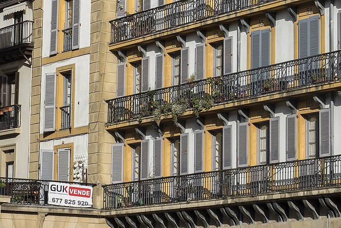 Etxebizitzak saltzeko kartel bat, Donostian ©Jon Urbe / FOKU