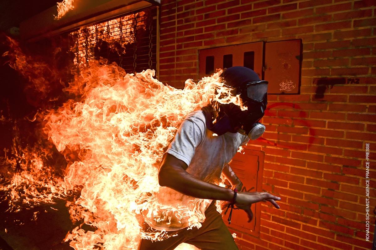 Jose Victor Salazar Balza sutan, Caracasko Gobernuaren aurkako protesta batean parte hartzen ari zela. ©Ronaldo Schemidt / Agence France Press