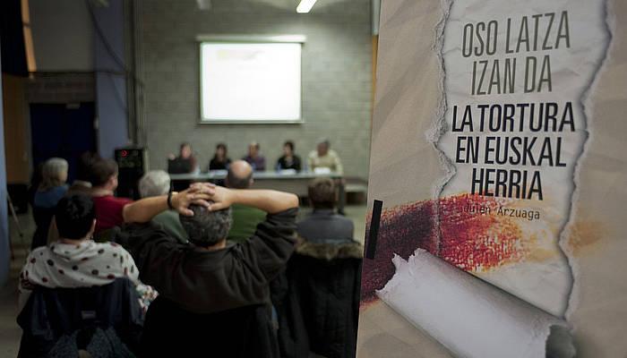 Euskal Memoria Fundazioko kideak, torturari buruz egindako publikazioaren aurkezpenean