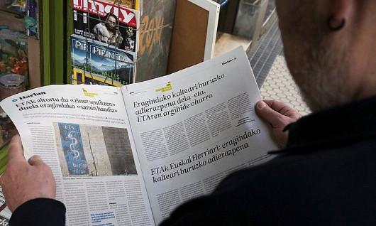 Herritar bat atzo, Donostian, ETAren agiriari buruzko albistea irakurtzen. ©GORKA ESTRADA / EFE