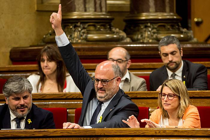 Pujol besoa altxatuta, herenegun parlamentuan. ©QUIQUE GARCIA / EFE