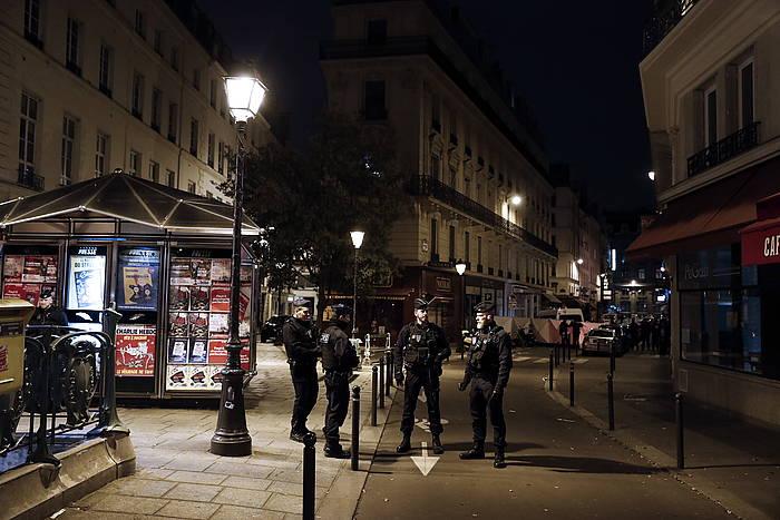 Frantziako polizia erasoa izan den ingurua zaintzen. / ©Etienne Laurent, EFE