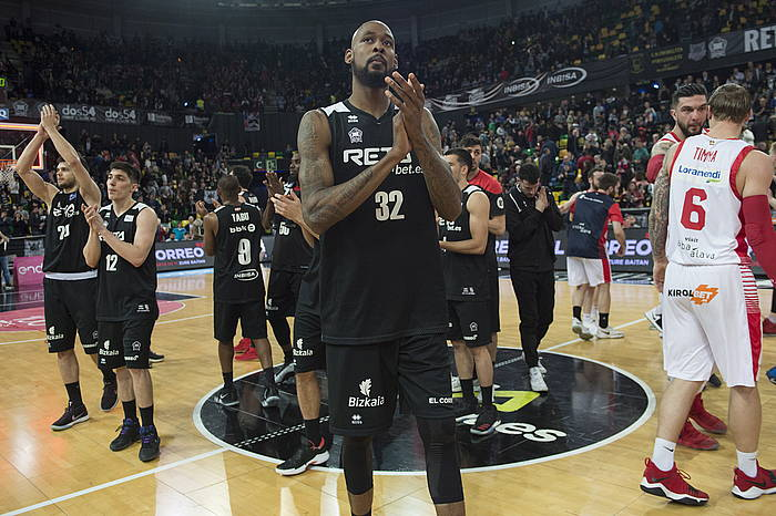Bilbao Basketeko jokalariak zaleei animoak eskertzen, Baskoniaren kontrako partida galdu ta mailaz jaitsiko direla baieztatu ostean. / ©Moka del Valle, Foku