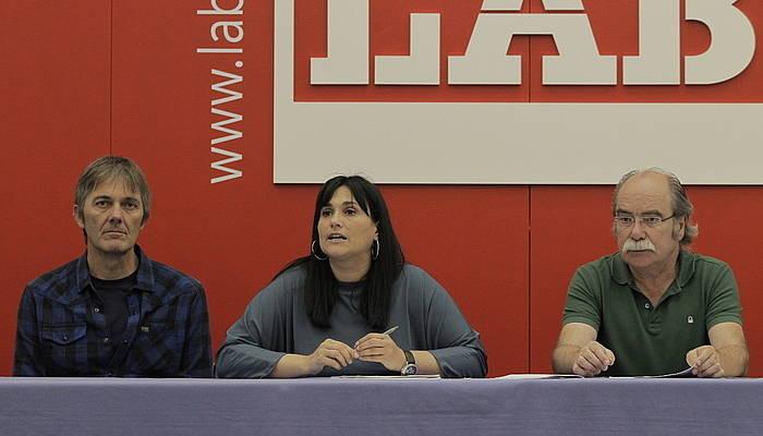 ETBko kontratazioaren inguruko txostena azaltzeko agerraldia egin dute LAB sindikatko ordezkariek ©Aritz Loiola / Foku