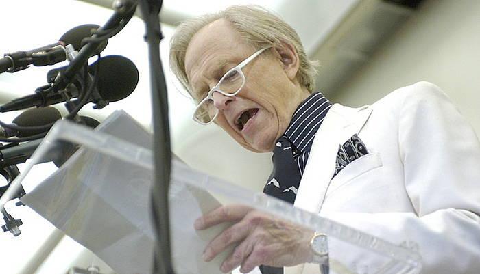Tom Wolfe idazle eta kazetaria, 2004ko irudi tean.