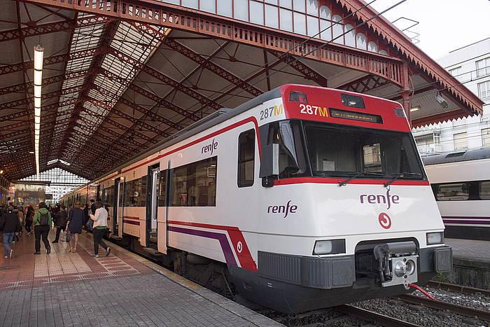 Renferen aldirietako zerbitzuko tren bat, Donostiako geltokian. /