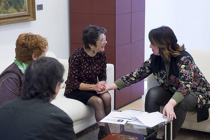 Expe Iriarte eta Teresa Toda Foro Sozialeko ordezkariak, Nafarroako Parlamentuko presidente Ainhoa Aznarezekin, gaur egin duten bileran. /
