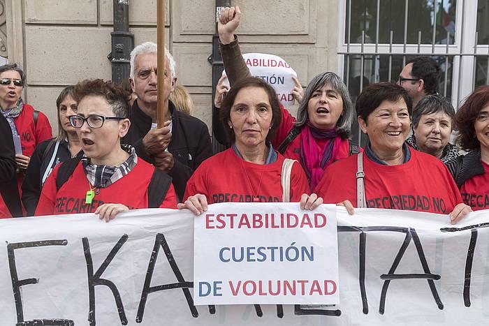 Eustateko langileak, protestan, Eusko Legebiltzarraren parean.
