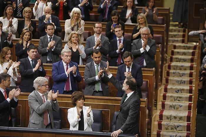 Mariano Rajoy, Kongresuan, PPko diputatuak agurtzen. /